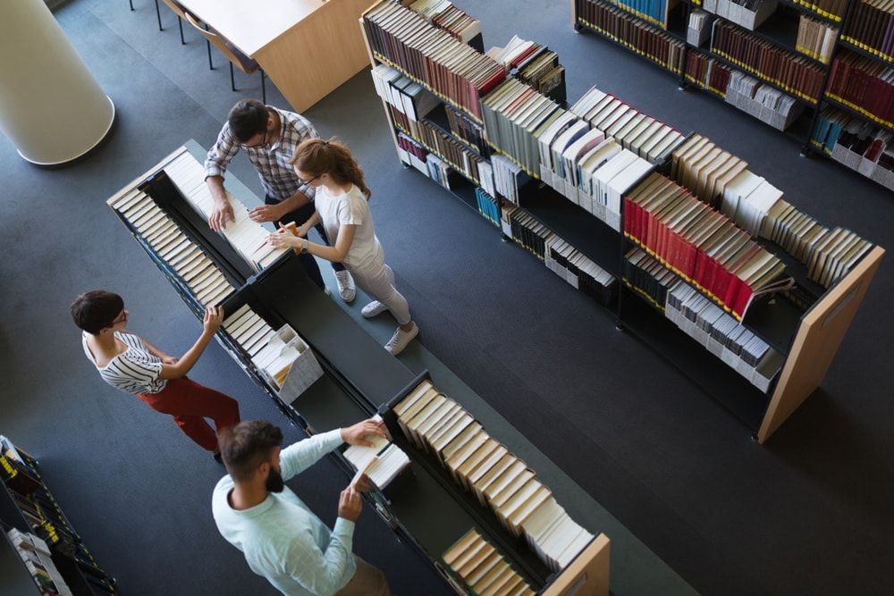 Cuál es la inversión media en recursos de información por alumno en las bibliotecas públicas universitarias españolas