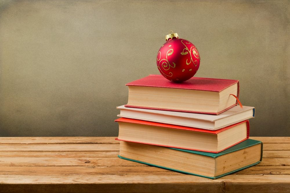 10 ideas para decorar tu casa con libros estas Navidades