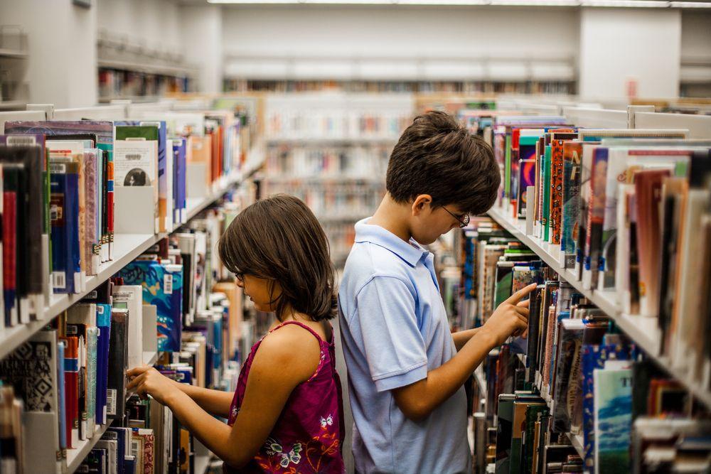 Jóvenes buscando en una biblioteca