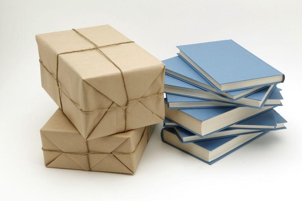 Los servicios de suscripción a cajas literarias buscan la sorpresa y la felicidad del lector