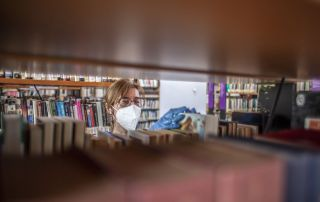 Responsable de la Biblioteca Alonso Marcos de Noreña (Fotografía: Álvaro Fuente)