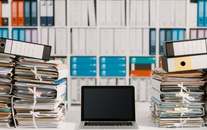 Un tesauro es un vocabulario controlado que sirve para describir documentos y facilitar la recuperación y acceso a la información