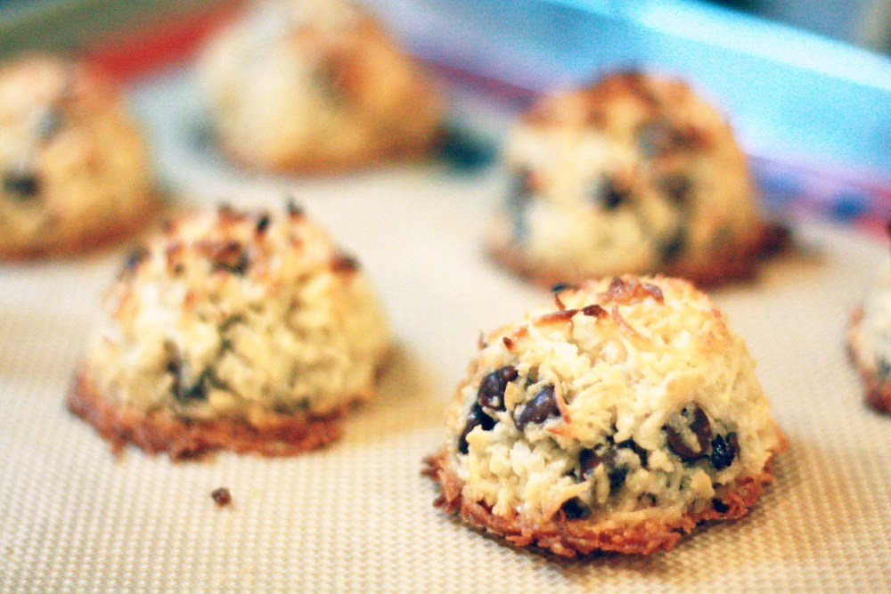 vegan chocolate chip coconut macaroons|juliehasson.com
