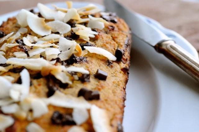 chokoladekage med pynt af kokusflager