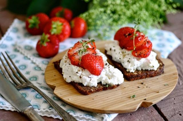 rugbrød med ricotta og jordbær