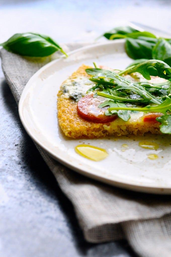 Glutenfri pizza med quinoa, ruccola og chilipølse | www.juliekarla.dk