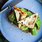 Advocado toast med halloumi ost og honning