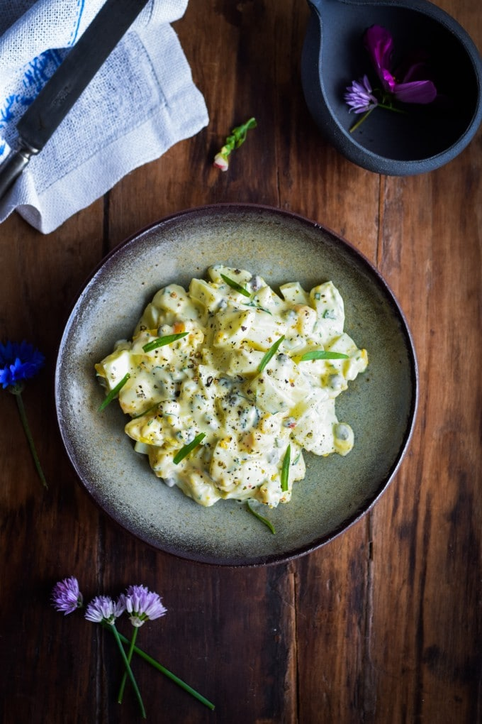 Luksus æggesalat med estragon og kapers af Julie Karla
