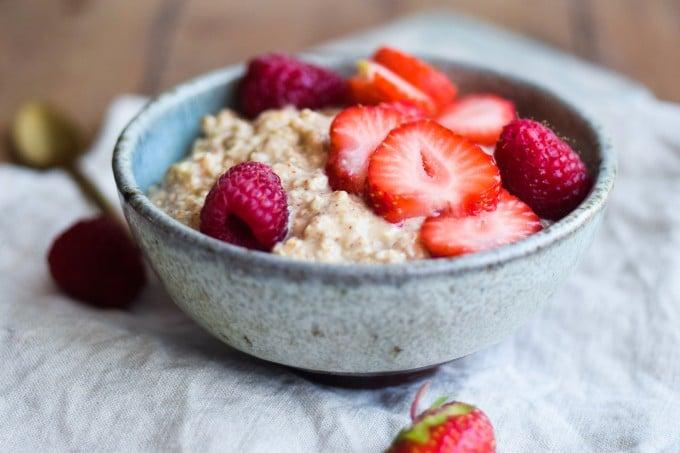 Overnight oats med jordbær og hindbær