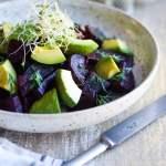 roedbeder med dild og avocado på tallerken