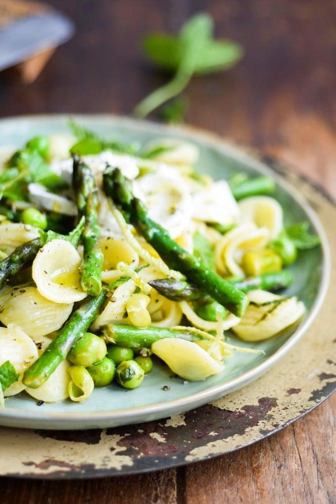 den bedste opskrift på pasta med asparges og gedeost