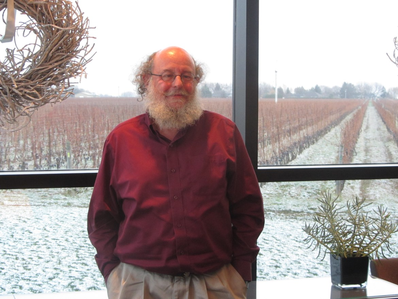 Jean-Laurent Groulx devant le vignoble enneigé de Stratus