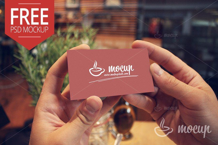Mockup de tarjeta personal sostenida por dos manos
