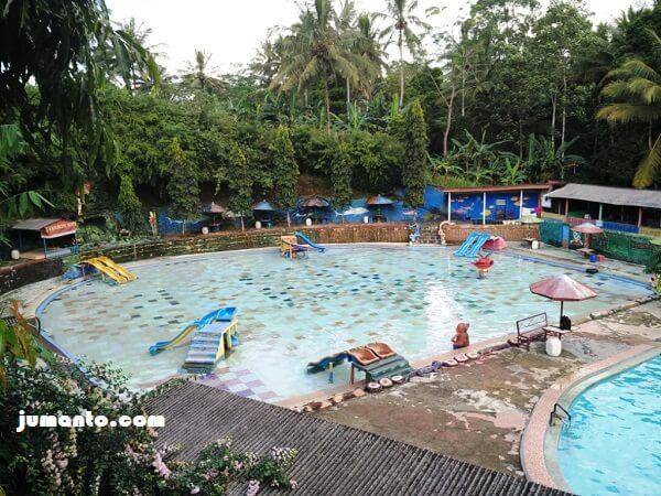 kolam renang anak dengan perosotan