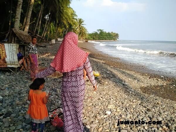 foto pengunjung pantai terbaya kota agung