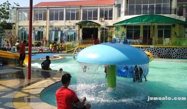 foto wahana payung air di kolam renang d'mermaid tirtayasa lampung