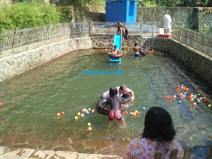 gambar kolam renang kampung air margo tirto gisting