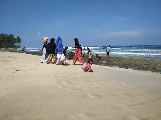 daya tarik pasir pantai melasti krui lampung