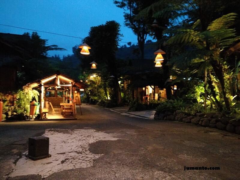 dinner di kampung daun malam hari