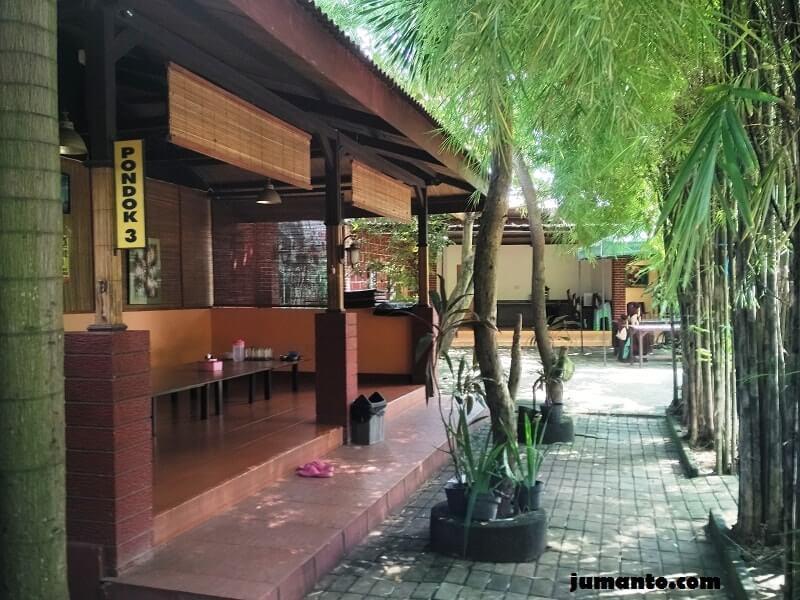 suasana tempat makan di resto kampung bambu lampung