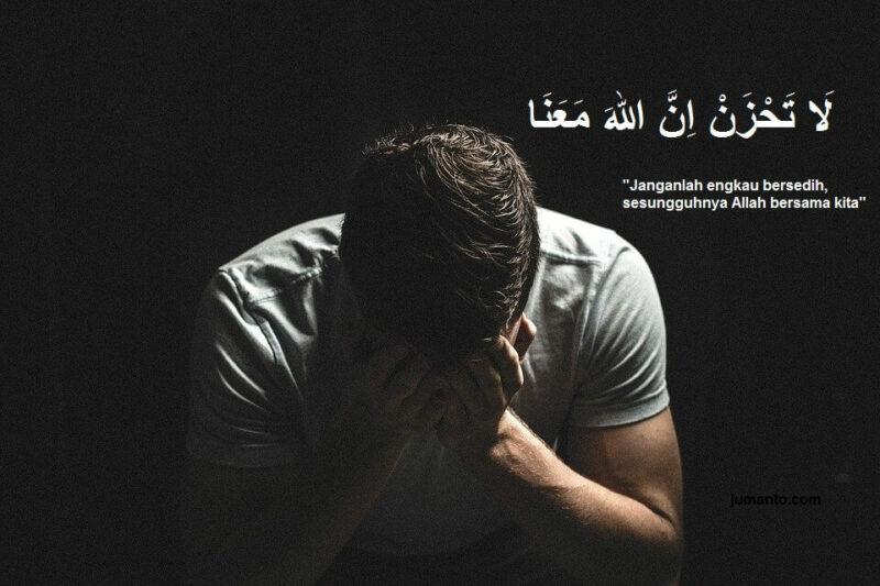 gambar tulisan arab la tahzan innallah ma'ana dan artinya yang benar