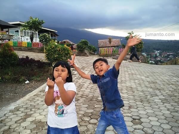 keceriaan anak bermain di agrowisata kopi idaman gisting