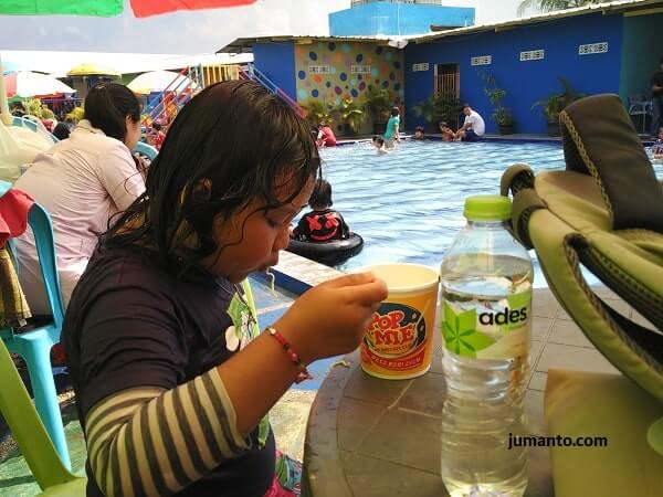 makan di kolam renang dua putri