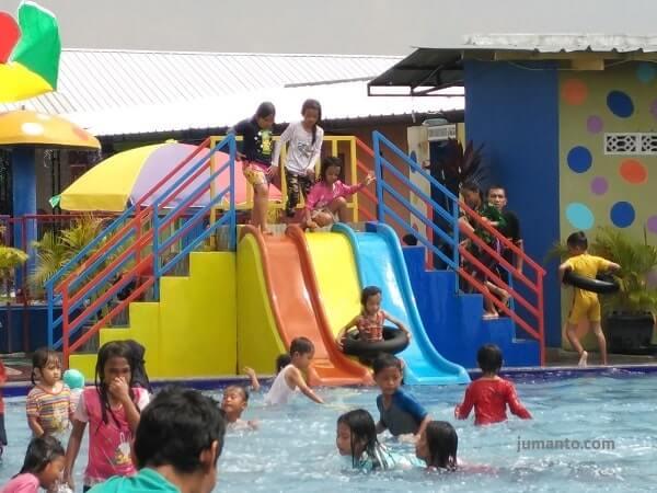 tempat bermain anak di kolam renang dua putri lampung selatan