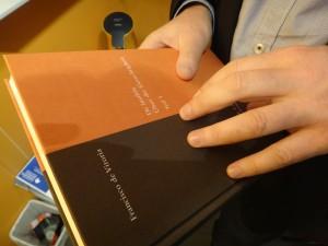 Hier hält Holger einen Band seines Verlags in den Händen