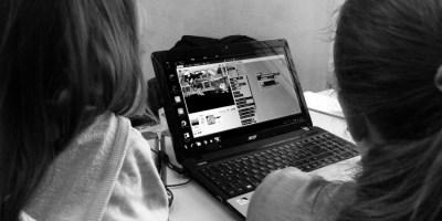 Hier die Hinterköpfe meiner zwei wunderbaren Töchter vor einem Laptop