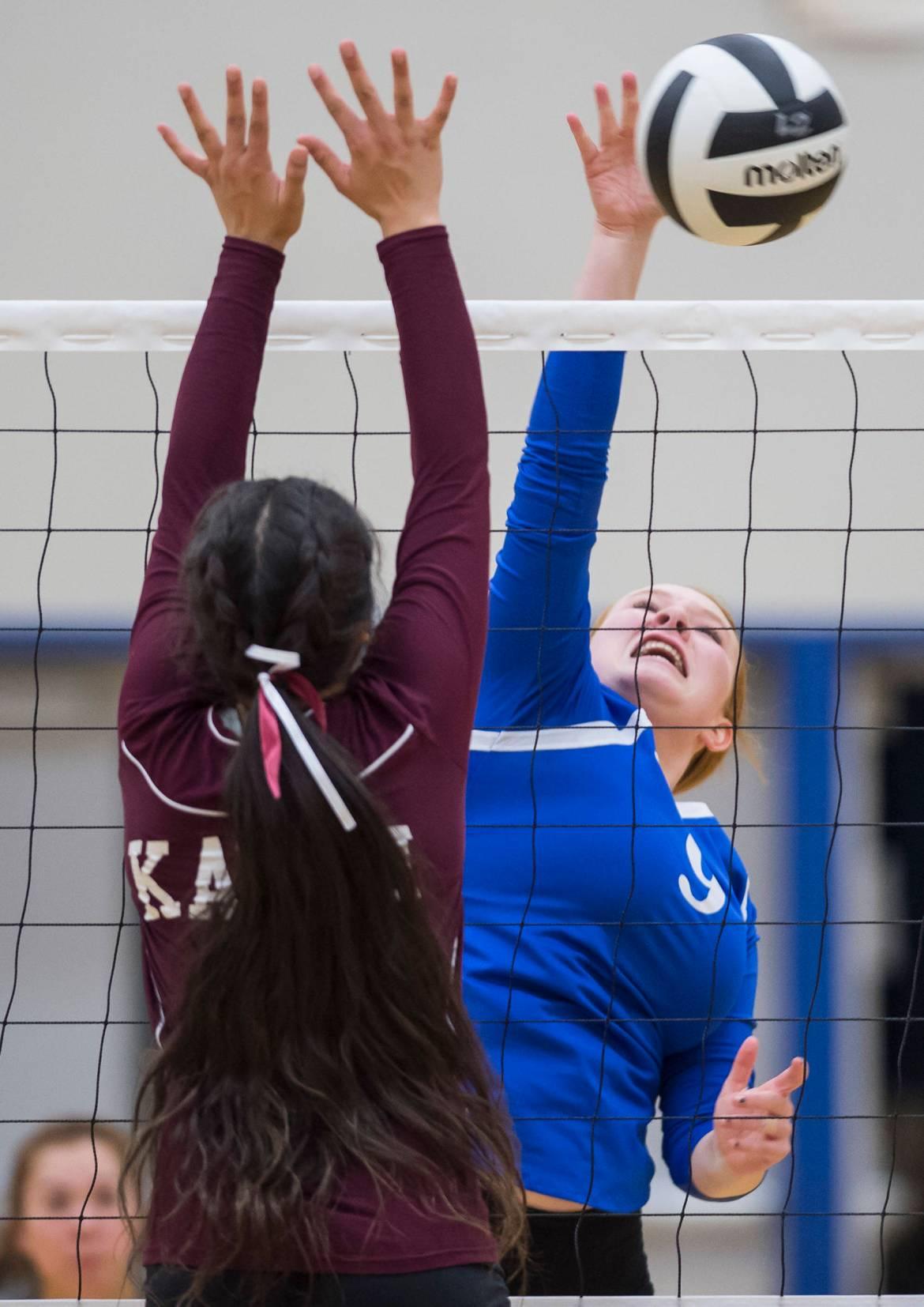 Lexi Murry, de Thunder Mountain, à droite, pointe le ballon contre Madison Purcell de Ketchikan au TMHS le vendredi 14 septembre 2018. Le TMHS a gagné 3-0. (Michael Penn | Juneau Empire)