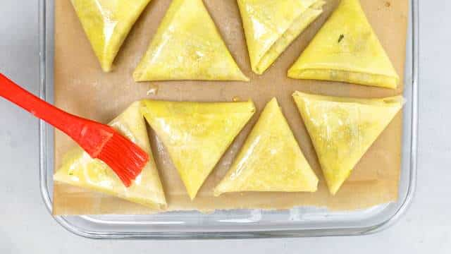 I just love this crisp Moroccan pastilla recipe: crunchy baked pastry triangles filled with juicy chicken and Eastern spices...