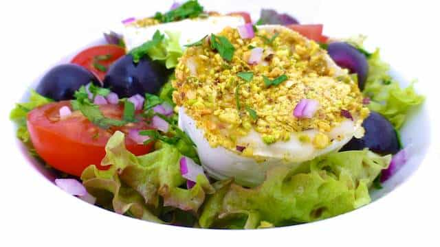 My delicious warm goat cheese salad: this salad is a colorful, light and vegetarian starter, lunch or dinner idea! I love that pistachio crumble!