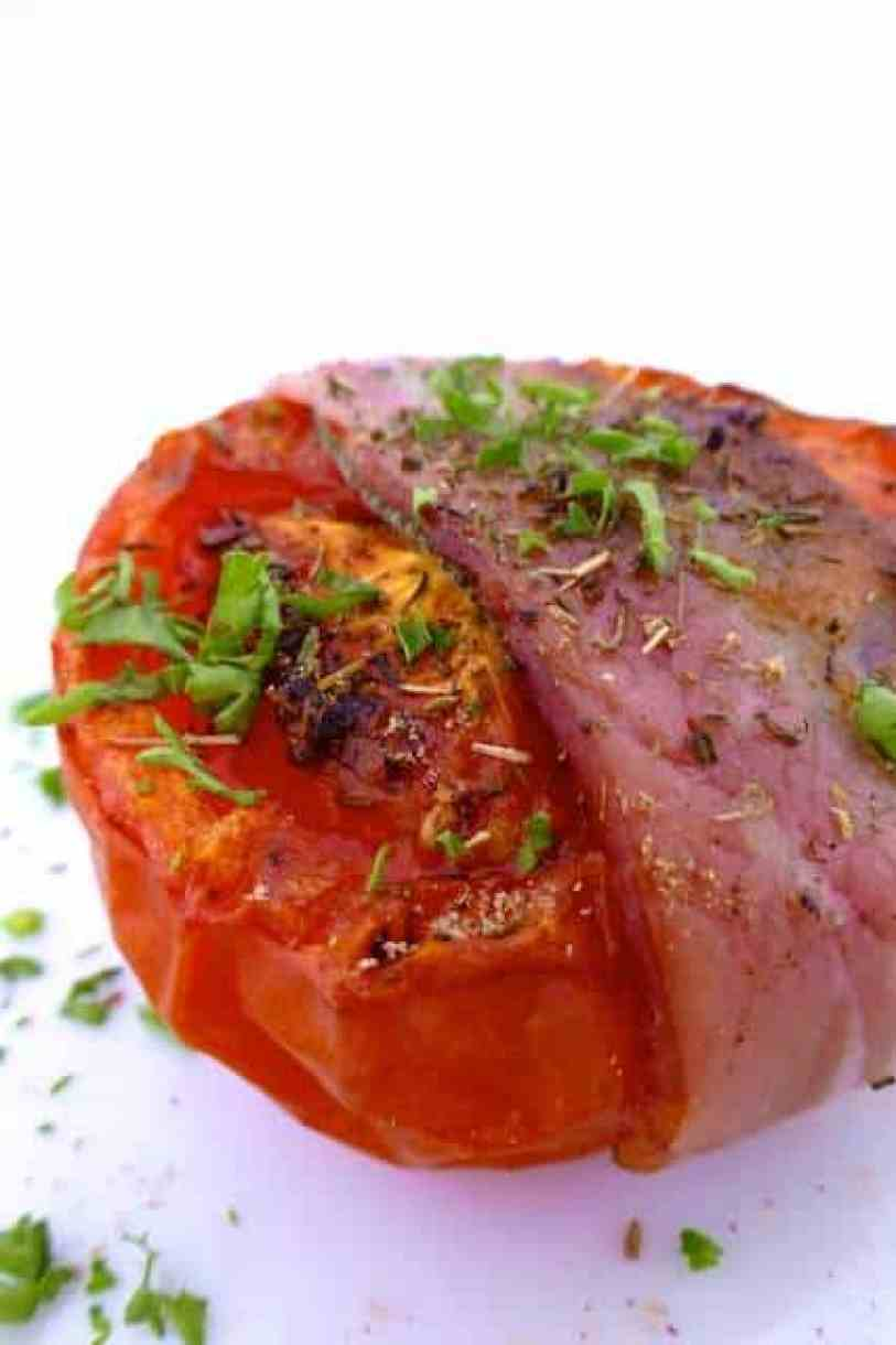 Baked tomatoes recipe: tomatoes wrapped in bacon and grilled to perfection! Great vegetable side dish for turkey, chicken or pork!
