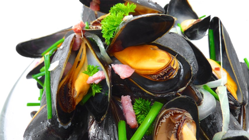 Here's how to cook mussels: my favorite recipe for mussels with bacon and beer... Learn here to cook mussels step by step!