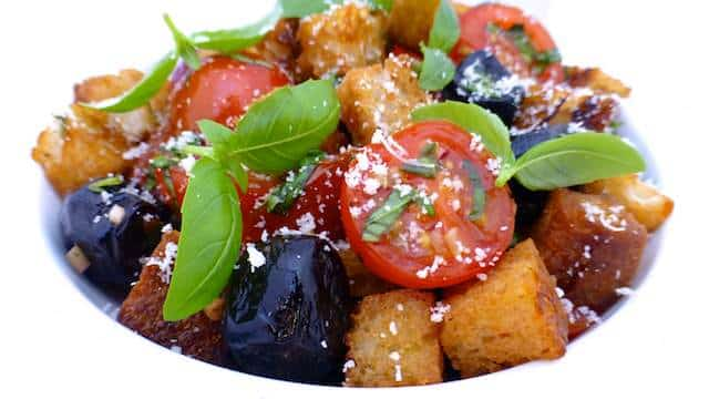 Here's a delicious classic Italian panzanella salad, in other words: a bread salad with ripe tomatoes, fresh basil and black olives!