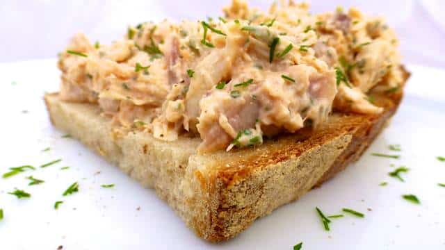 These open faced chicken salad sandwiches make a great alternative for the traditional ham and cheese lunch sandwiches... Enjoy!