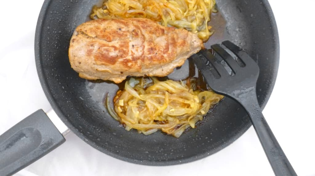 A Spanish delight: juicy pork tenderloin with caramelized onions, or solomillo encebollado! Cebolla in Spanish means onion so encebollado means with onions.