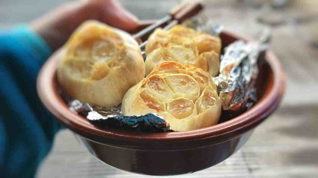 How to roast garlic: caramelized oven roasted garlic bulbs in tinfoil and olive oil, a very easy method to roast fresh garlic!
