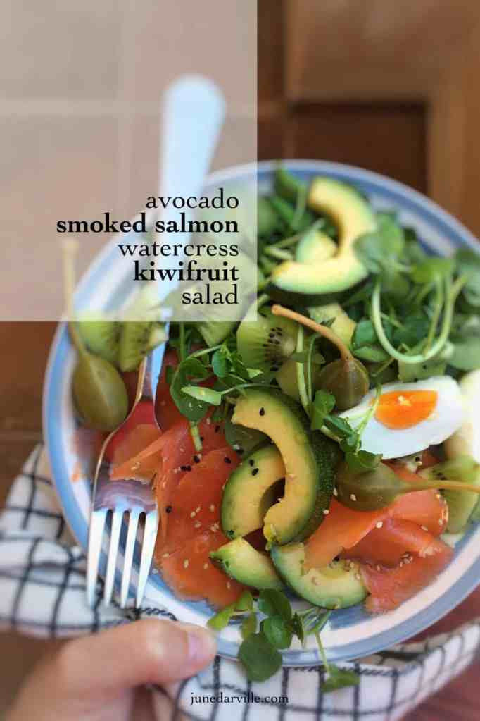 Here's a quick and easy lunch: you will love this smoked salmon salad with kiwifruit, avocado, watercress and boiled eggs!