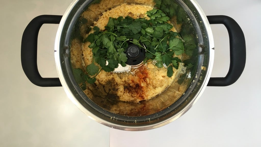 Flavor bomb! This creamy green cilantro hummus recipe has it all: it is fresh, zesty, bright, light and so surprisingly delicious!