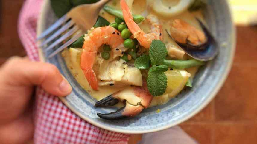 A super creamy Thai green curry with seafood: a bunch of prawns, fish, calamari, mussels and crab... awesome Thai dinner!