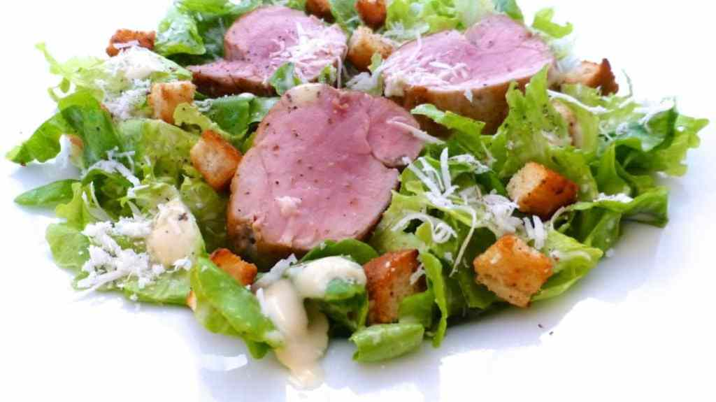 Here's how to make caesar salad: the world famous salad! And the perfect recipe for a super light and healthy lunch salad...