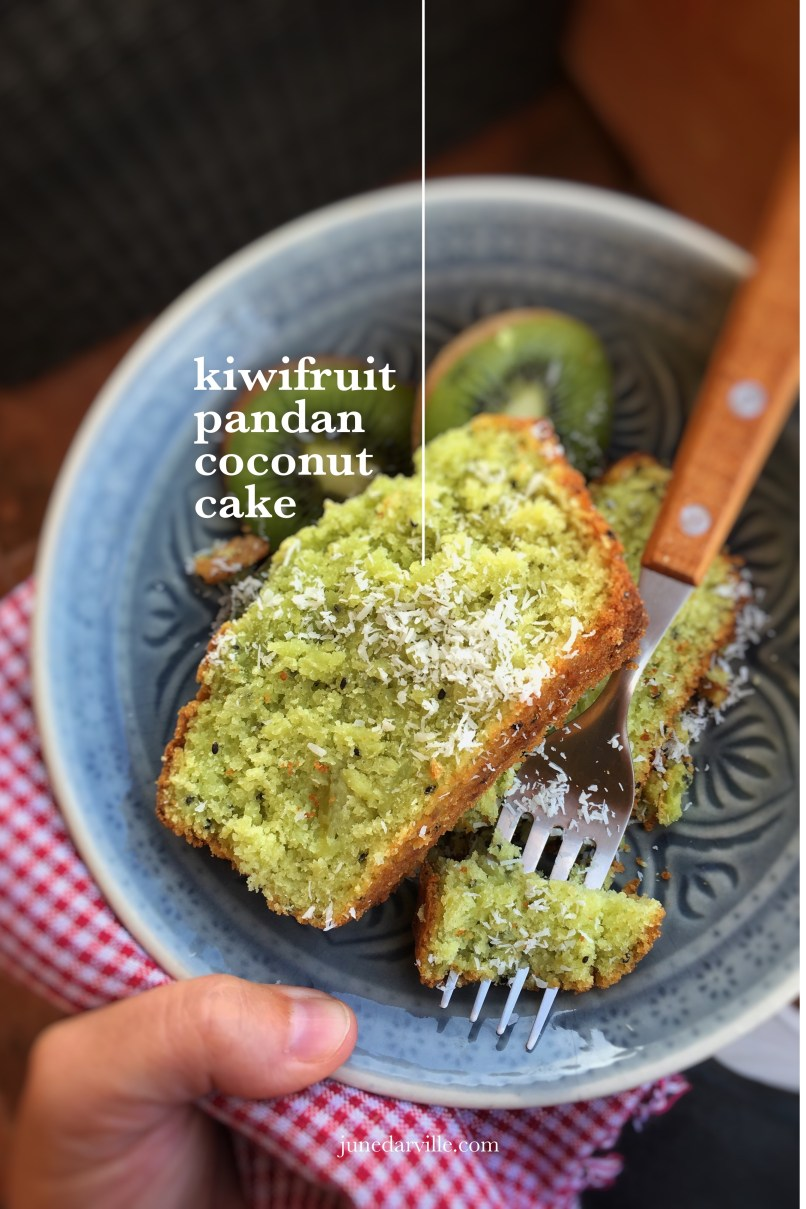 What a fluffy tea cake do we have here: this kiwifruit cake with pandan and grated coconut is so delicious! And highly addictive... It didn't last for 24 hours!
