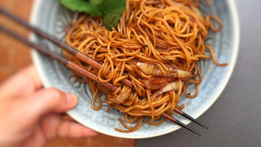 This is the easiest noodle recipe ever: stir fried Chinese soy sauce noodles with onion! Another great recipe I took home with me after visiting Hong Kong...