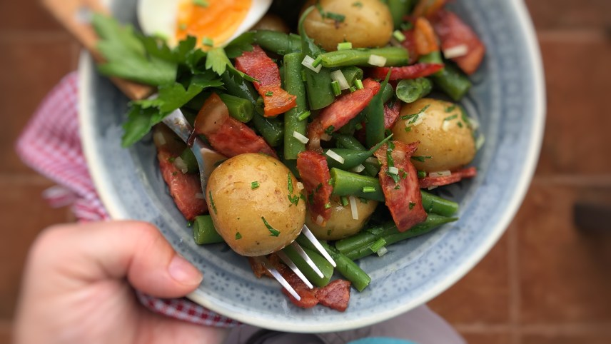 Crunchy bacon, tender green beans, cooked potatoes and hard-boiled eggs in a vinegar dressing... Enjoy this delicious salade Liegeoise salad, a Belgian classic!