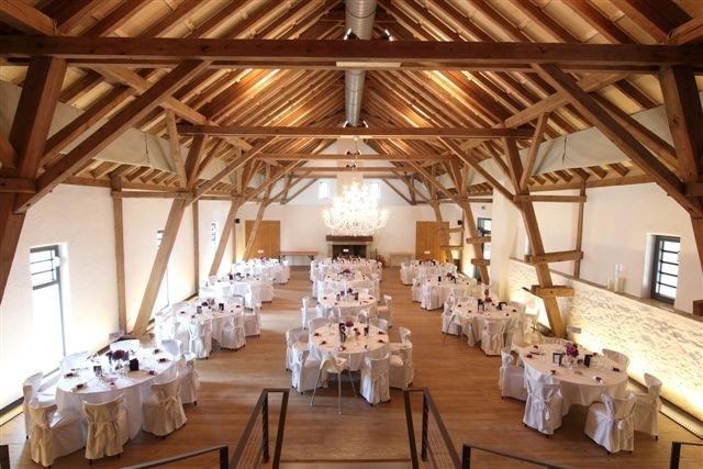 Der eingedeckte Speisesaal auf dem Hofgut Maisenburg.