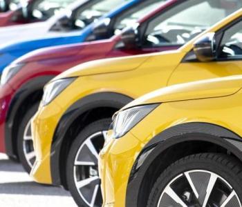 Image d'en tête montrant des voitures alignées