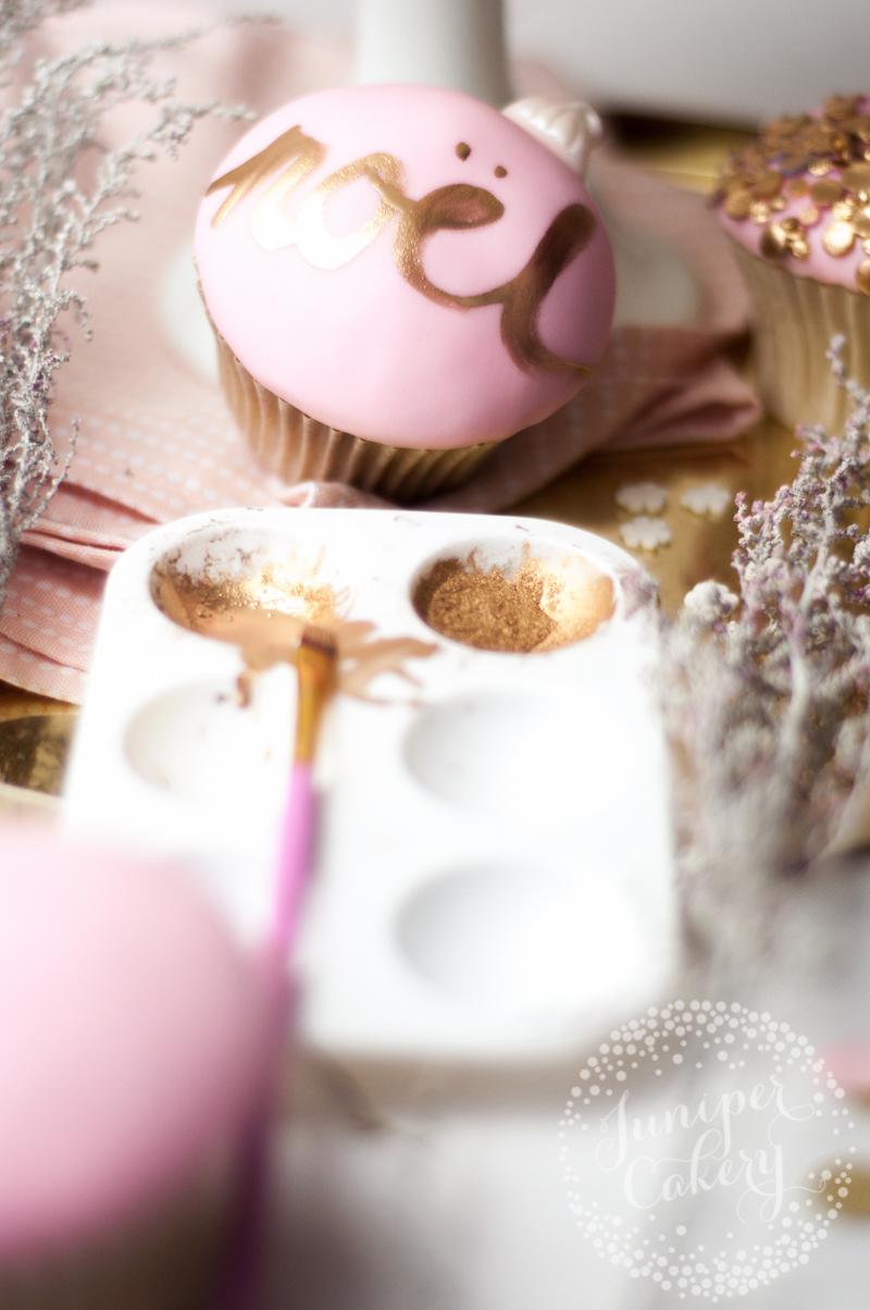 Pretty Christmas cupcake decorating tutorial