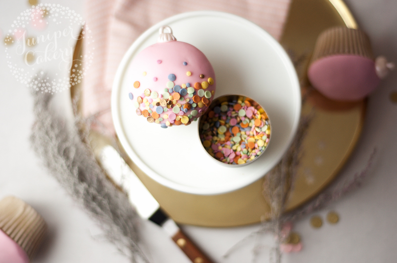 How to add a gold sequin look to cupcakes
